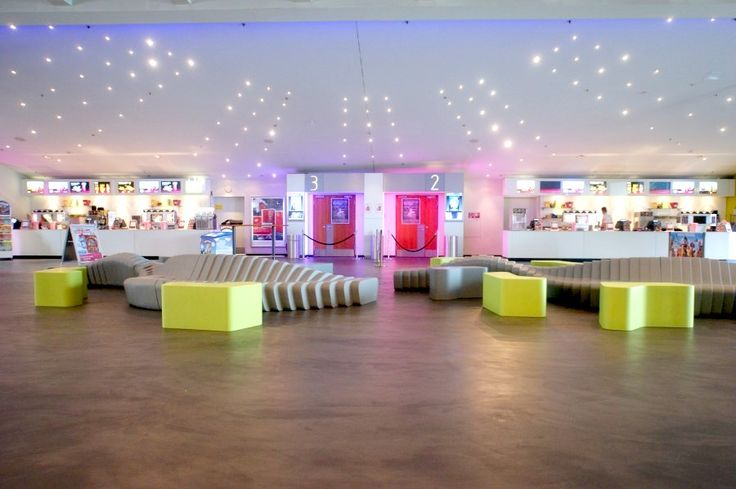 Мебль SIXINCH идеально вписывается в интерьер кинотеатра (диван SIXINCH Cliffy 6M, пуфы по индивидуальному дизайну) #design #idea #movie #cinema
