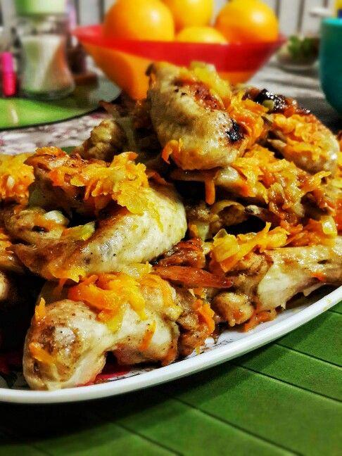 Куриные крылышки, жареные с луком и морковью.  Fried chicken wings with carrot and onion.