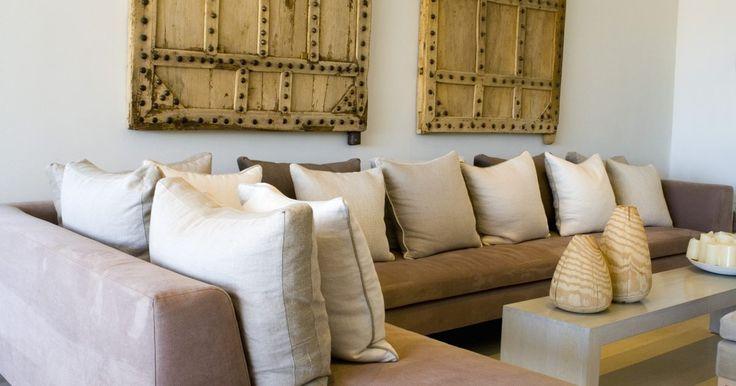 Métodos para fixar sofás seccionais. Os sofás seccionais vêm em várias formas, estilos e designs, sendo populares por causa de sua versatilidade. Podem vir em duas, três ou mais peças, incluindo características como divãs ou reclináveis. As peças podem ser separadas e organizadas de outra forma, ou podem permanecer juntas. No entanto, algumas pessoas ficam frustradas porque quando o ...
