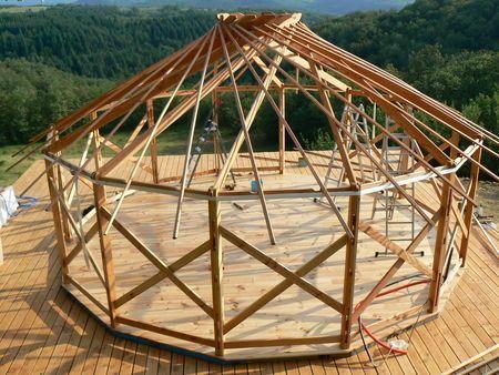 """Héliyourte. La structure permet la pose de grandes baies vitrées et facilite la conversion en """"dur"""" avec isolation et bardage bois. http://heliyourte.blogspot.fr"""