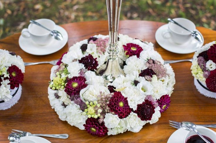 Gorgeous floral wreath for your wedding. Centerpiece flowers in white and berry. Design by Flora Lisa Austria