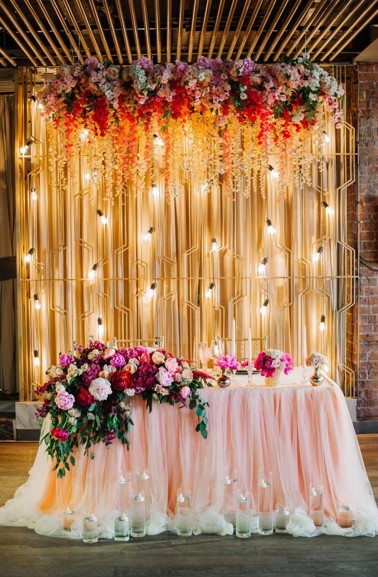 Ретро-гирлянды и люстры из цветов – одни из любимых нами элементов