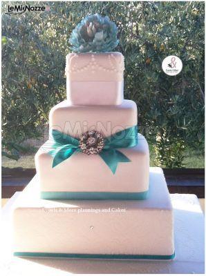 http://www.lemienozze.it/gallerie/torte-nuziali-foto/img30877.html Torta nuziale con dettagli in blu