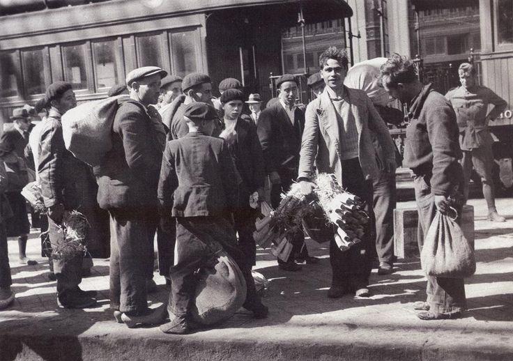 Llegada de los segadores gallegos a la estación del Norte.30 mayo 1940.(Hermes Pato)