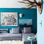 oturma odasinda petrol mavisi kullanimi duvar rengi koltuk yastik perde rengi uyumlu oldugu renkler (11)