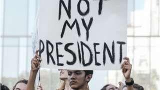 Image copyright                  AFP                  Image caption                                      En California se organizaron varios actos de protesta por la elección de Donald Trump como nuevo presidente de Estados Unidos.                                Muchos californianos están decepcionados y frustrados. El estado que más votos aporta al Colegio E