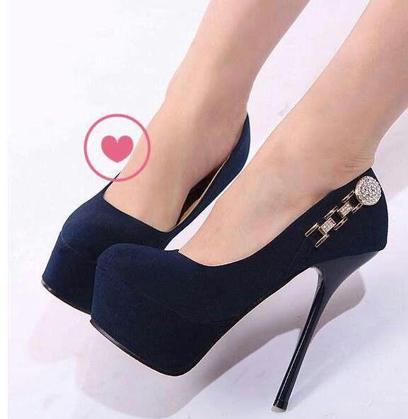 Zapatos de tacon con plataforma de color azul marino muy fuerte  con adorno color oro viejo