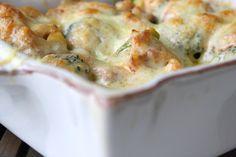 """Denna gratängen passar LCHF, men vill man göra den mer """"matig"""" så är det gott att vända i pasta i och öka mängden med krämig sås. Till 2- 3 personer 3 färska """"buketter"""" med broccoli 1 gul lök 2 pkt bacon 5 dl creme fraiche 1 msk tomatpure Sambal oelek salt och peppar … Läs mer"""