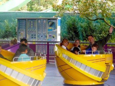 Xícaras voadoras. Uma das atrações mais antigas dos parques de diversão.