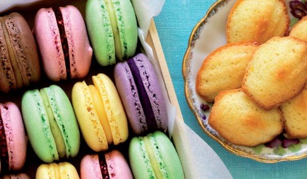 Få opskrifter på lækre børnevenlige kager. Foto: Macarons cupcakes popcakes