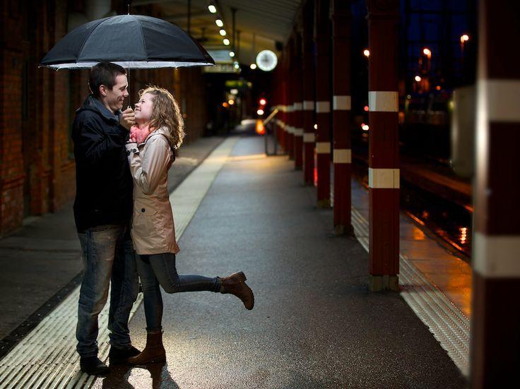 Porträtt med paraply på tågstation/ Portrait under umbrella at a train station