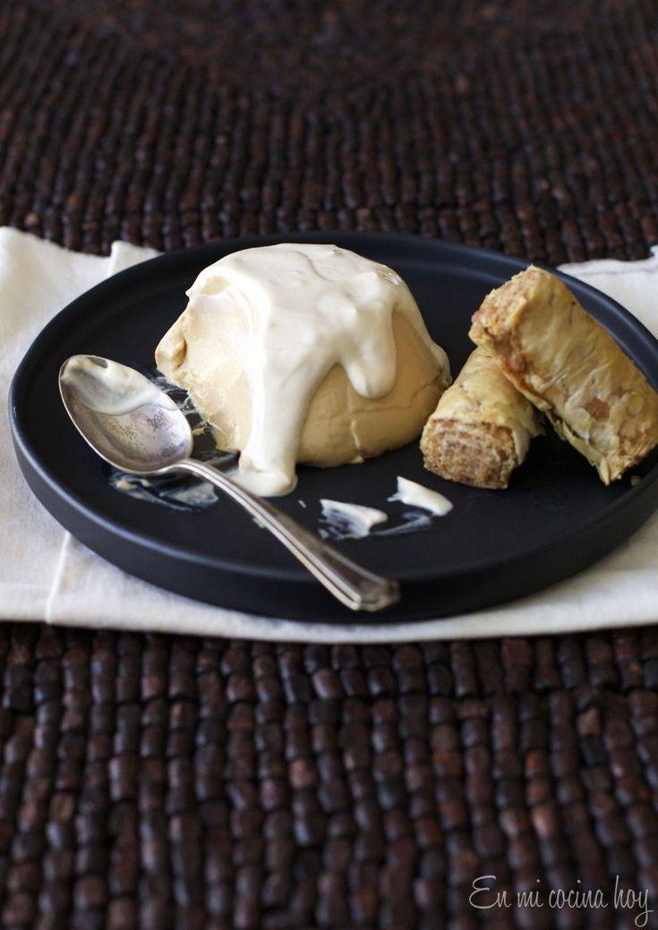 Postre de Panna cotta de manjar. La textura deliciosa de la panna cotta con el sabor del manjar. ¡Delicioso!