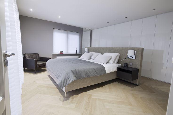 Moderne slaapkamer met vrijstaand bed