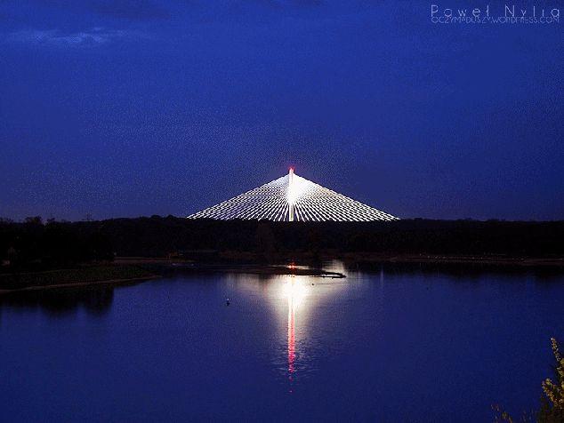 Animacja: Most Rędziński nocą, widziany z mostu Milenijnego