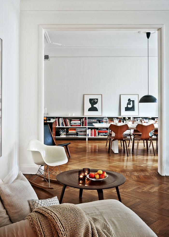 På en bas av lugna färger och rejäla material har H&M Homes designchef Evelina Kravaev Söderström skapat ett hem som utstrålar rå harmoni. Foto: Martin Löf Text: Katarina Matsson...