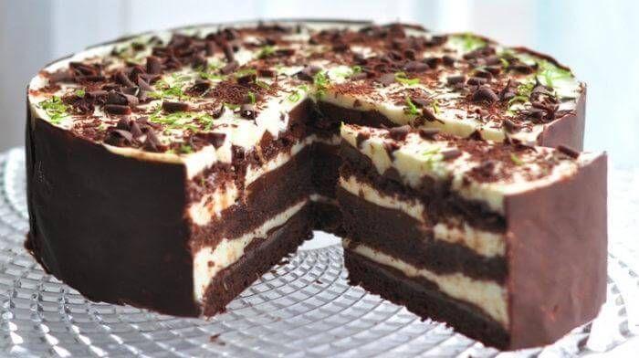 """Необыкновенно вкусное сочетание шоколадного ганаша и нежного лаймового крема между бисквитными шоколадными коржами - это торт """"Шоко-лайм""""! Угощайтесь!"""