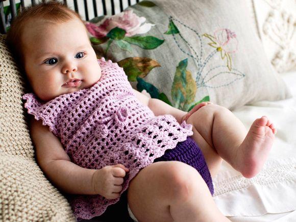 Pehmeä ja hengittävä vauvan kesäasu on virkattu bambu-villasta. Somaan Syreeni-asuun kuuluu mekko ja rimpsupöksyt. Ohjeessa on kolme kokoa.Malli: Tekstiili