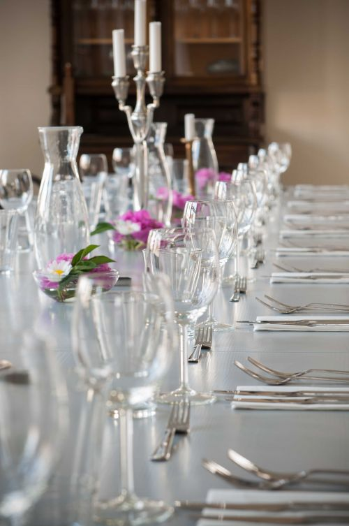 It's all about the symmetry and details #freshflowers #symmetry #tablesetting #glass @Cincsor.Transylvania.Guesthouses
