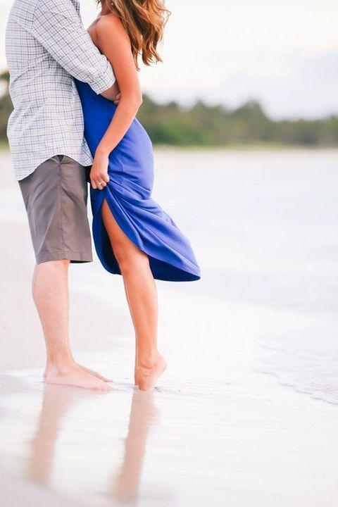54 Romantic Beach Engagement Photo Ideas | HappyWedd.com
