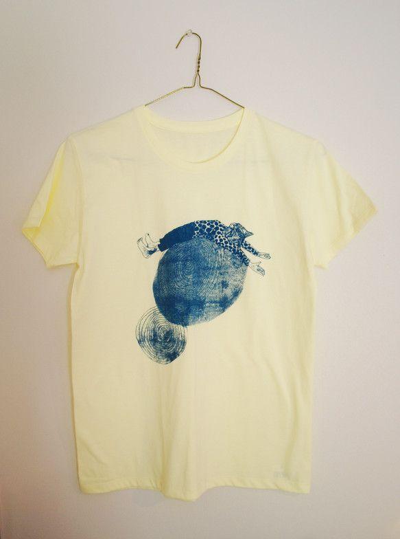 ネコTシャツです。グルグルの上で背伸びをしています。サイズはレディースのM、身丈60、身巾45、袖丈17㎝。シャーベットイエローのTシャツにプリントしてありま...|ハンドメイド、手作り、手仕事品の通販・販売・購入ならCreema。