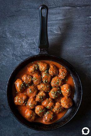 Een van de bekendste Spaanse tapas gerechten zijn de albóndigas. Deze Spaanse gehaktballetjes in tomatensaus