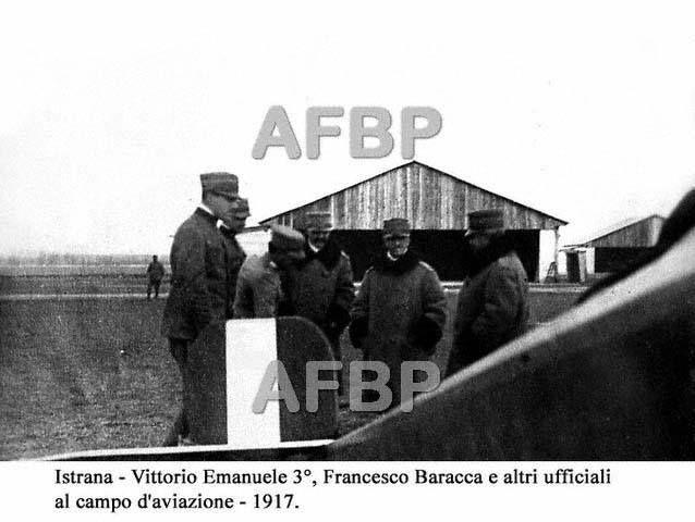 1917. Istrana. Francesco Baracca, Vittorio Emanuele III e altri ufficiali al campo di aviazione