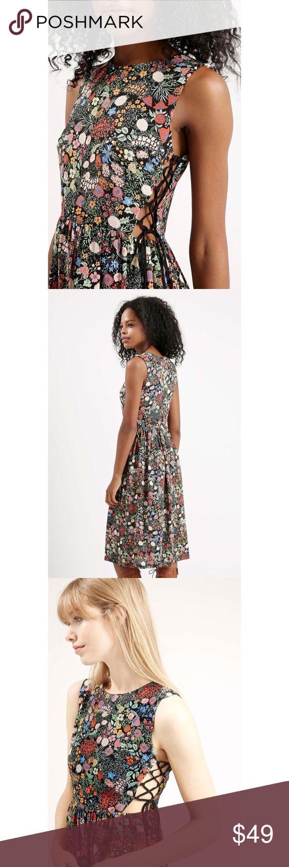 🔥SALE🔥BTOPSHOP Floral Lace-Up Dress Super cute dress by TOPSHOP Topshop Dresses Midi