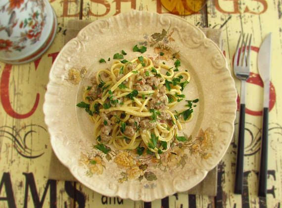 Minced meat with spaghetti | Food From Portugal. Minced meat seasoned with salt, nutmeg, pepper and garlic, cooked with tomato, onion and olive oil, mixed in spaghetti and in a béchamel and cream sauce.  http://www.foodfromportugal.com/recipe/minced-meat-spaghetti/