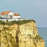 A bela costa do município de Lagoa está salpicada de praias, campos de golfe, hotéis e vivendas, destacando-se pequenas povoações como Porches, Carvoeiro, Estômbar, Parchal, etc  http://goo.gl/BIqgn3
