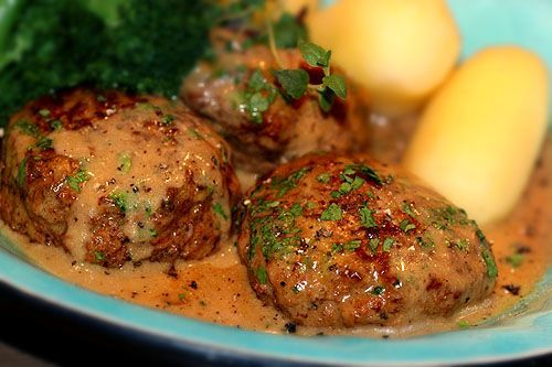 Saftiga köttfärsbiffar i krämig sås med rödvin