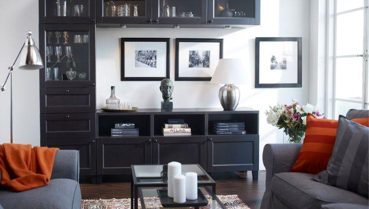 Soggiorno IKEA con mobile TV ed elementi decorativi in mostra