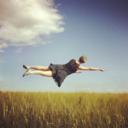 空中を優雅に楽しく浮遊する人々の姿を楽しめるフォトアート