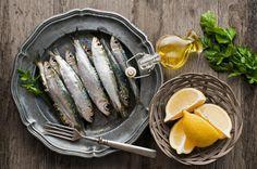 Cómo marinar sardinas. Hacer un buen marinado en casa es una técnica rápida y sencilla que te permitirá preparar cómodamente tus platos de pescado, pues podrás preparar el adobo un día antes de elaborar múltiples recetas. E...