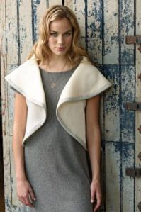 Extremely simple circle cape.  Link has good pictures, front and back. Source: Capa Redonda   A DARK WORLD OF MYSELF