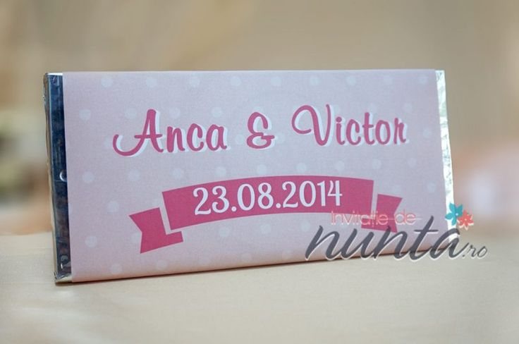 Marturie de nunta tableta de ciocolata Sweet Dots, decorata cu o eticheta de culoare roz cu buline si pancarda. Eticheta se personalizeaza cu numele mirilor si data nuntii.