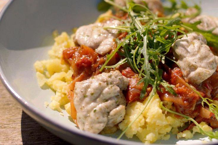 Zeeduivelfilet is de steak van de zee. Het stevig wit visvlees is perfect voor een barbecuebereiding. Jeroen serveert heerlijke blokjes gegrilde vis met een zoetzure tomatenchutney bovenop geprakte gepofte aardappelen.