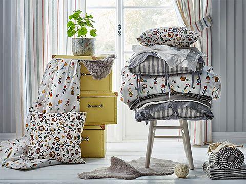 Scatole gialle e biancheria da letto a righe e con fantasia floreale – IKEA
