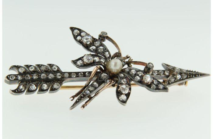 Online veilinghuis Catawiki: broche in de vorm van een libel van goud met op zilver gezet roos geslepen diamanten centraal een cultivee parel