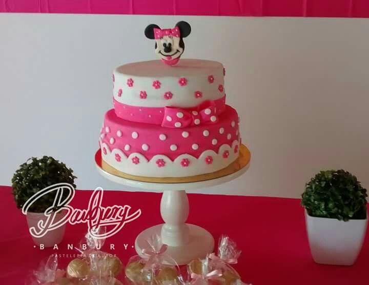 Minnie cake, delicioso ponqué de vainilla relleno de frutos rojos, decorado con pastillaje