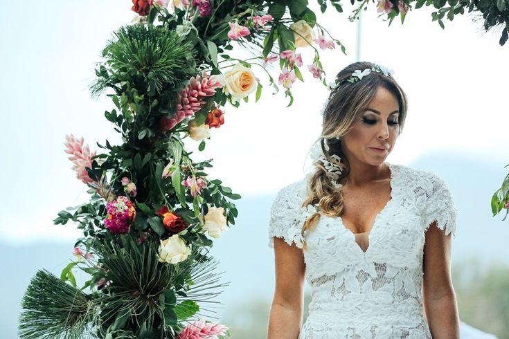 Casamento na praia: noiva com coroa de flores