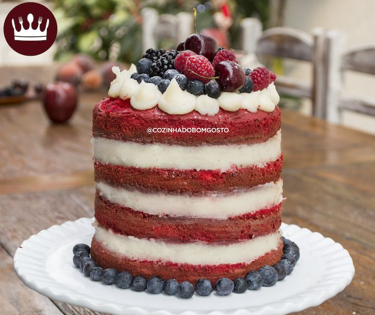 """E para fechar com chave de ouro a nossa temporada de receitas natalinas: NAKED CAKE RED VELVET recheado com BEIJINHO *-* Siim, aprenda a fazer o bolo vermelho e a decoração """"pelada"""", com as camadas de recheio à mostra! No mais: """"Ho ho ho! Feliiiiiz Nataaal, amores!"""""""