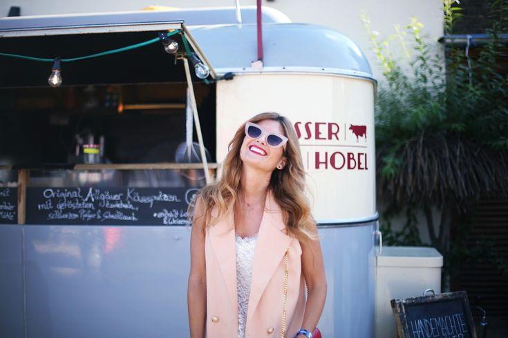 Casual Look. Look con chaleco y sandalias terciopelo. A trendy life. #casual #trendy #denim #jeans #vest #velvetshoes #redbag #redlips #zalando #breadandbutter16 #zara #saintlaurent #outfit #fashionblogger #atrendylife www.atrendylifestyle.com
