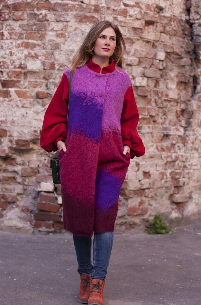 Пальто «Орхидея» Пальто ручной работы, на подкладке, объёмный рукав на манжете. Застежка потайная на кнопках. Рукава и воротник из мягкого шерстяного сукна.  Материал: шерсть 70%, акрил 30% Цена: 16750