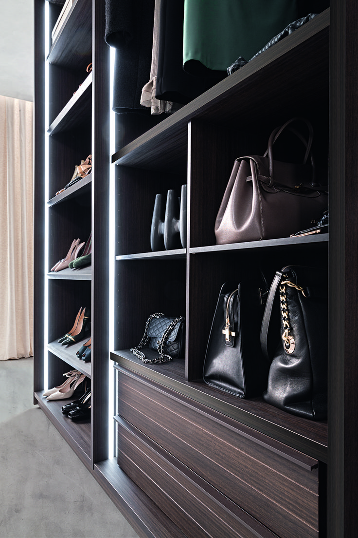 PRESOTTO | Tecnopolis free walk-in-closet  in tay melamine; close-up view of the shelving element used as a bag rack._ Cabina armadio Tecnopolis free e in melaminico tay; dettaglio del raster in configurazione portaborse.