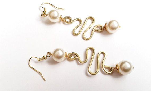 Guarda questo articolo nel mio negozio Etsy https://www.etsy.com/it/listing/475266280/orecchini-ottone-e-perla-orecchini-filo