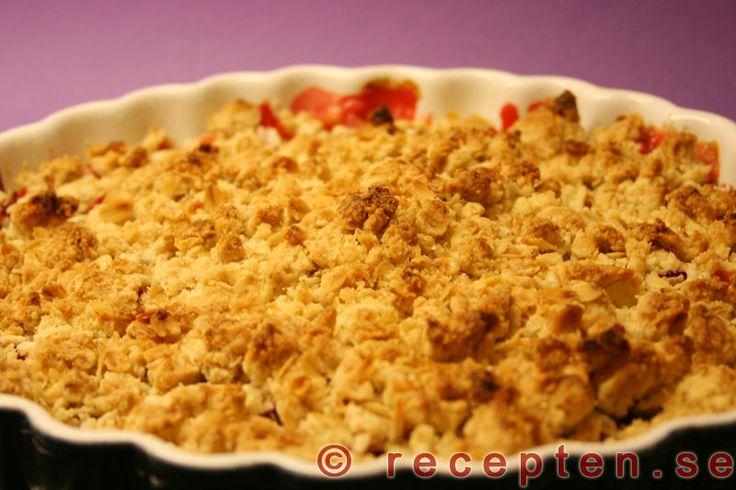 Rabarber och jordgubbspaj - Enkelt och gott recept på smulpaj med jordgubbar och rabarber. 6 portioner. Tid: 35 min varav 20 min i ugnen.