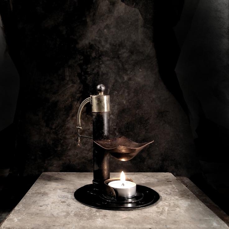 Aromalampa Steampunk Elisabeth Aromalampa SteampunkElisabeth je robustní a je vytvořena v secesním stylu, který byl inspirací pro vznik celosvětového hnutí steampunk. Pro secesi je velmi typický materiál mosaz a dá se říct, že po litině to byl jeden z nejčastěji používaných kovů Měděný sloupek, který drží kalíšek, zdobí hlavička z ocelové leštěné kuličky. ...
