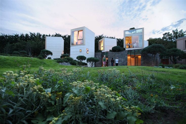 Little boxes, on the hillside. Little boxes made of?    Maison L / Christian Pottgiesser Architectures Possibles