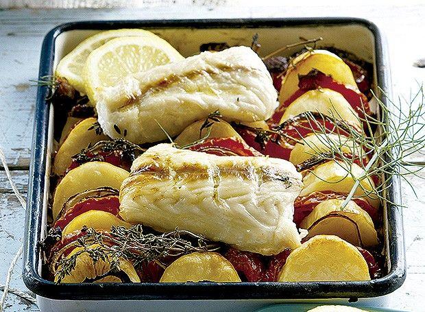 Peixe assado com batatas ao alho (Foto: Gallo Images Pty Ltd./StockFood)  | Christmas Recipe #Natal #Christmas