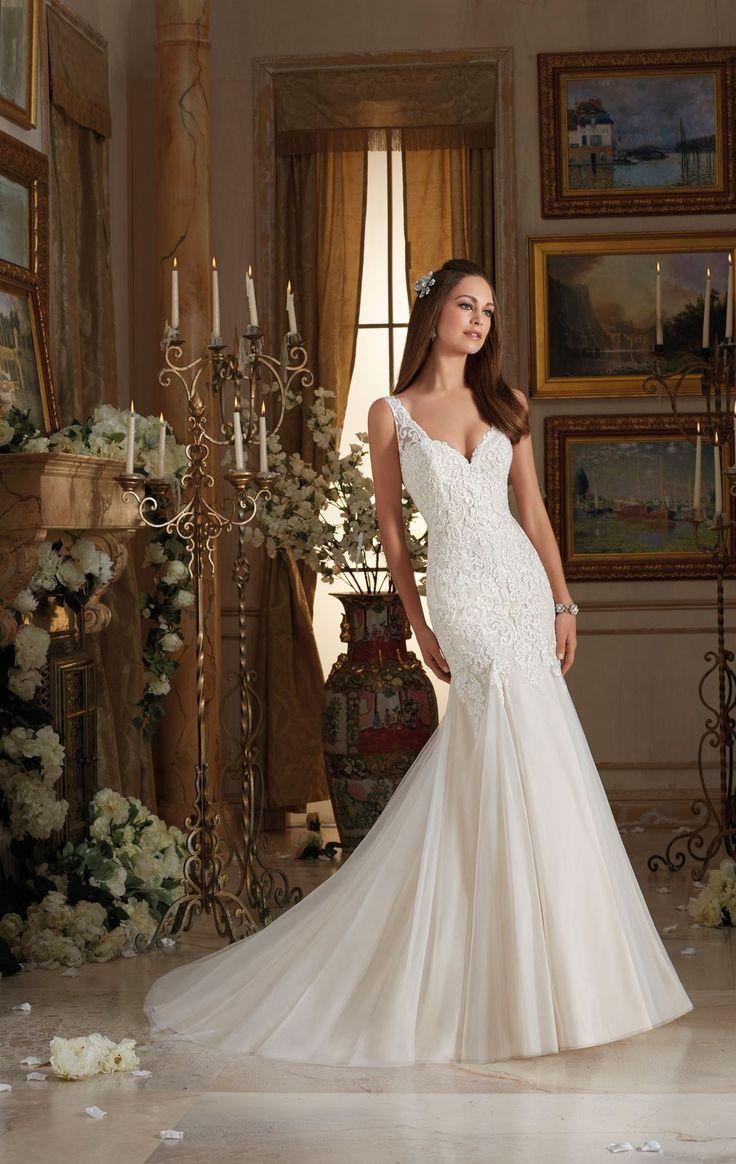 Romantyczna , koronkowa suknia ślubna Mori Lee o kroju rybki. Haftowane, delikatne ramiączka doskonale przytrzymają biust, a dekolt w kształcie …